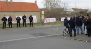 Calais_fachos_devant_le_squat_Rue_Emile_Dumont_Coulogne-400x217